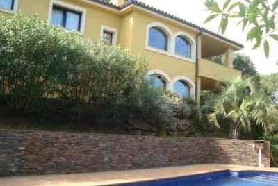 Maison avec une grande terrasse et une piscine sur la Costa Brava